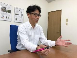 Tキューブについて語る岡田社長とTキューブ内部の様子(提供:ベルファーム)