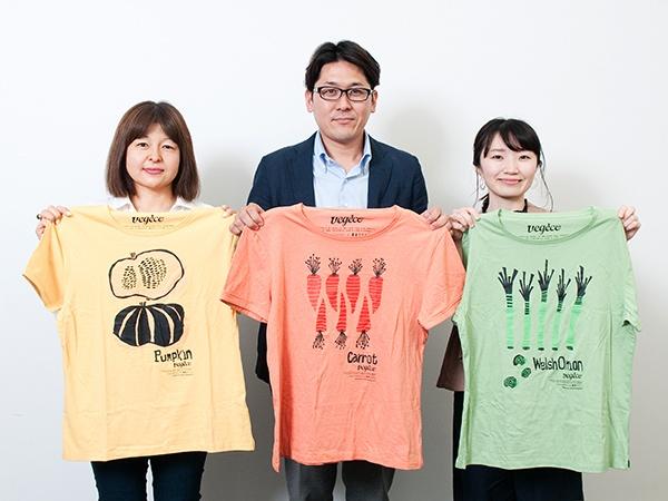 「着る野菜Tシャツ」を手にする豊島の担当者たち