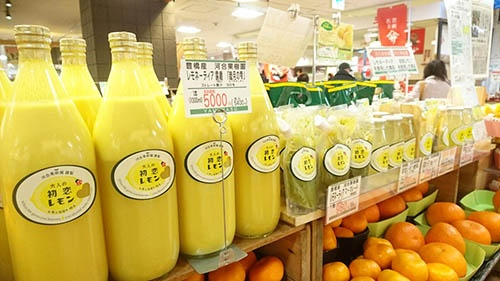 「初恋レモン」ブランドの商品。1リットルのストレート果汁を始め、様々な加工商品がある。(写真提供:河合浩樹さん)