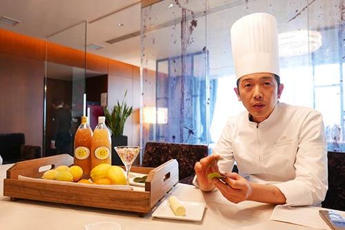 「初恋レモンプロジェクト」の主要メンバーの一人、ホテルアークリッシュ豊橋で総料理長を務める今里武さんは、レストランの料理に使う素材について「うちは地産地消のコンセプトでやっていますが、それは他のホテルでもやっていることです。素材に生産者の飛び抜けたこだわりがあれば、お客様のへの説得力と付加価値が生まれる。河合さんのレモンにはそれがあります」と語る。(写真:高山和良)