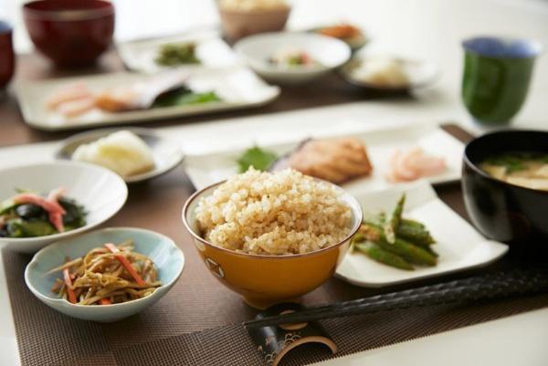 「金のいぶき」の食卓でのイメージ。ふっくらとしてもちもちっと炊き上がる「金のいぶき」は、そのまま食べてもおいしいが、白米と同じように様々なおかずと一緒に食べてもおいしい。(写真提供:金のいぶき)
