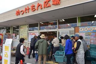 9時の開店と同時に行列客が吸い込まれていく(写真=水野浩志)