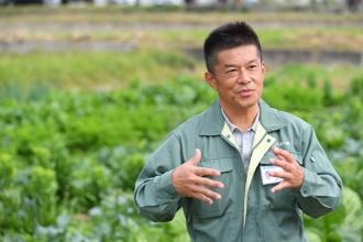 「あがらの畑」を背に語る、JA紀の里 営農部 下田和敬二部長(写真=水野浩志)