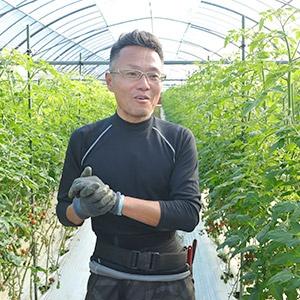 左:ミニトマトを学ぶ永嶋義幸さん。前職は流通業<br>右:きゅうりを学ぶ宝徳一道さん。実家は宮崎できゅうり農家を営む