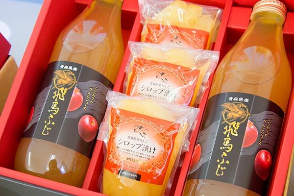 JA相馬村で販売しているりんごジュースや加工品。「飛馬ふじ」のジュースは一本(1リットル瓶)で1300円ほどもする。JA相馬村ではこのブランドジュースを含め年間で約130万本のりんごジュースを生産・販売している。ジュース部門の売上額も約3億円と大きくなり、4,5年ほど前から黒字化したという(写真:佐藤久)