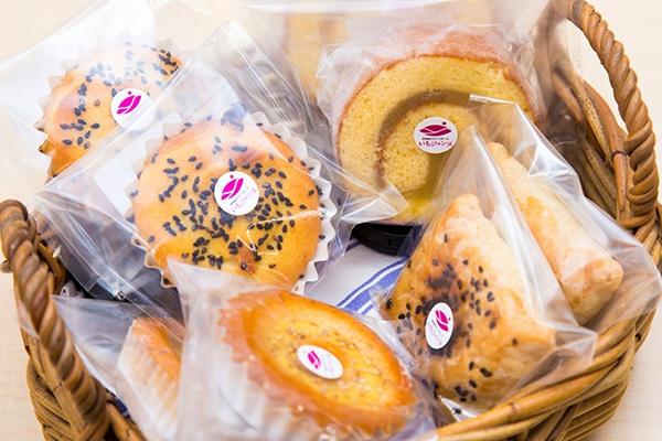 「いもジェンヌ」のペーストを使ったスイーツ。開発の当初からブランド化に関わってきた菓子舗「田文」の焼き菓子(写真:佐藤久)