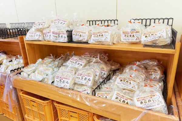 「ヒノヒカリ」の米粉を製麺した「おこめん」。細麺や平麺のほか、スープ付きのラーメン、ソース付きのカルボナーラもある(写真:吉澤咲子)