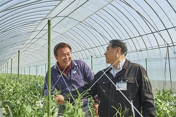 天草から移住し、就農した脇崎さん(写真左)