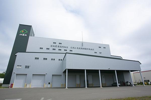 2012年に竣工した恵庭市内に位置する「広域小麦乾燥調製貯蔵施設」。その巨大さに圧倒される