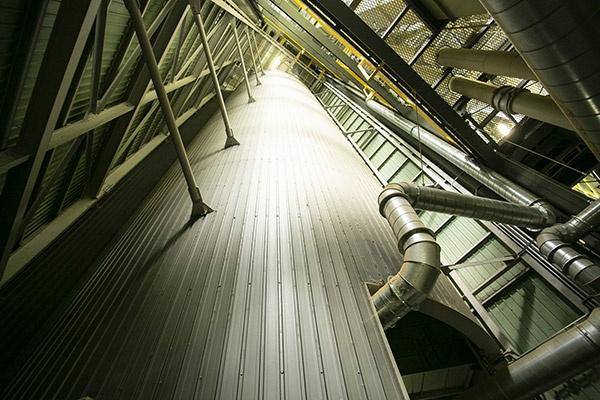 500トンのサイロ11基で5,500トンの貯蔵能力を誇る。大ロットの安定出荷に貢献