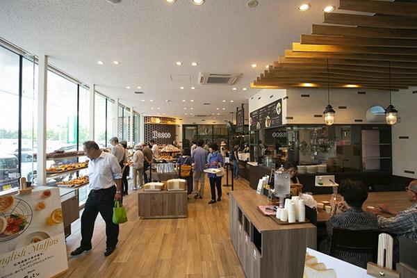 多くの来店客で賑わう「Pasco夢パン工房野幌店」。奥には売場や道内スーパーなどに提供するパンを作る「Pasco札幌セントラルキッチン」がある