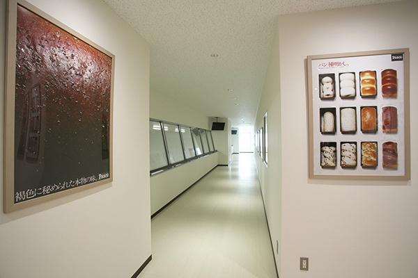 2階にはセントラルキッチンの様子を上から見学できるコーナーがある。JAや企業関係者の視察にも活用