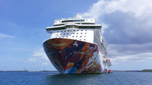 那覇港に入港する「ワールドドリーム号」。5,000名の乗客を乗せ3月から11月まで毎週火曜に寄港する