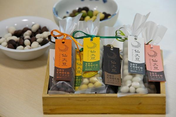 風味豊かな宮城県産大豆をチョココーティングした「ソイチョコ」は激戦の仙台土産の中で人気商品の一つだ