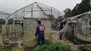 全国から多くのボランティアが集結。倒壊したハウスの解体に尽力した