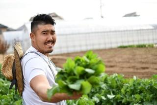 総選挙第1位の岡田啓太 氏。キャッチフレーズは「体格もやさしさもヘビー級」。三鷹市で年間約30品目の野菜を生産している