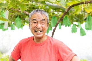 ブドウを栽培して35年という熟練農業者の手島宏之 氏