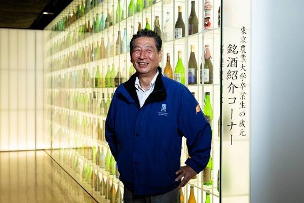 東京農業大学応用生物科学部醸造科学科の穂坂賢教授。大学に隣接する東京農業大学「食と農」の博物館には卒業生の蔵元たちの銘酒を紹介するコーナーが設けられている。(写真:佐々木 睦)