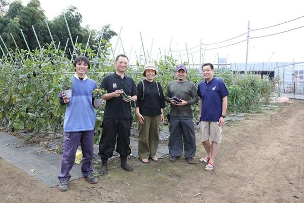 チリンチリン三鷹の代表、濱絵理子さん(中央)と提携農家の皆さん(写真:鈴木愛子)