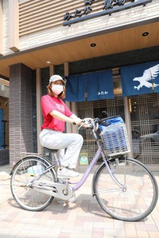 「チリンチリン」の由来は、自転車に乗って配達することから。大きめの保冷バッグをセット(写真:鈴木愛子)