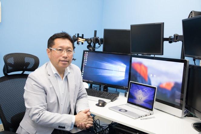 取材は戸田覚氏のオフィスにて行われた。6面以上のディスプレイが並ぶ仕事場は圧巻だ。