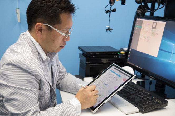 レッツノートXZ6とタッチペンを使って企画書を作成中の戸田氏。デジタルならではのメリットがあらゆる面で生産性を革新するという。