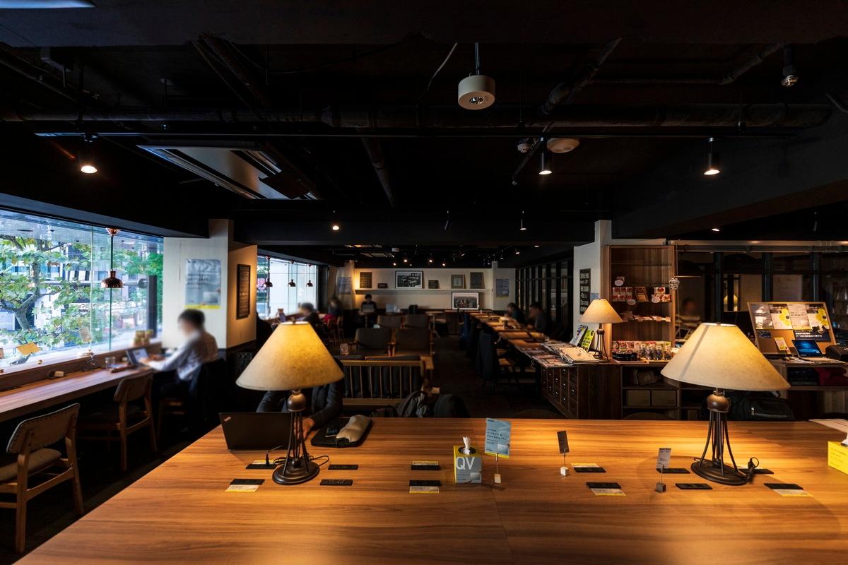 Basis Point 新橋店の店内。上質なデザイン空間の店内では利用者が集中した様子でモバイルPCを活用して仕事に打ち込んでいた。