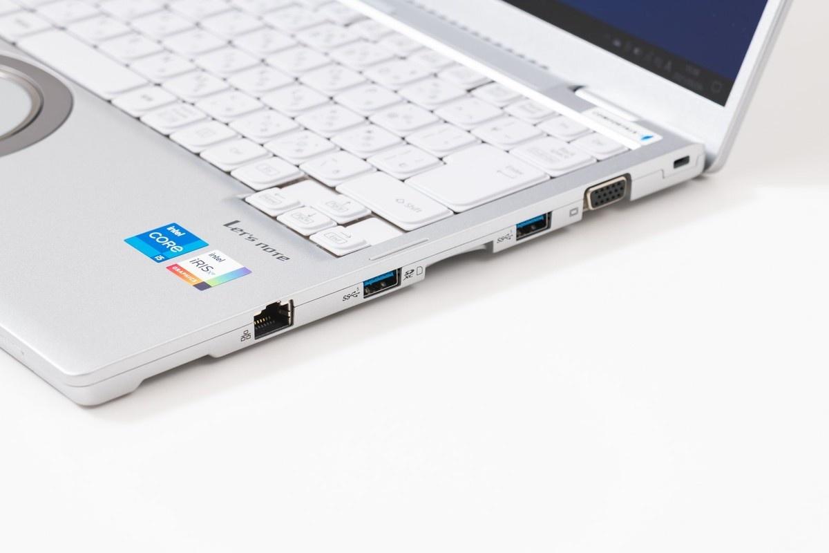 薄型モバイルノートでは省かれることの多いアナログRGBや有線LANなどのポートもしっかり装備。